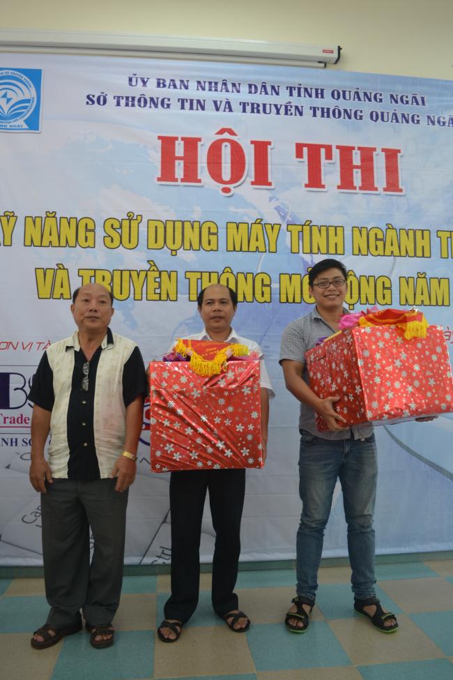 ông Nguyễn Mạnh Hùng - Giám đốc Sở TT&TT trao giải nhất cho thí sinh đạt giải nhất tại Hội thi.JPG