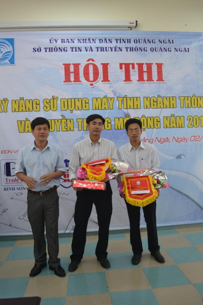 Ông Trần Thanh Trường - PGĐ Sở TT&TT trao giải nhì cho thí sinh đạt giải.JPG