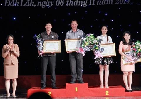 Đại diện đội Quảng Ngãi nhận giải 3 tại JHooij thi tuyên truyền an toàn giao thông.jpg
