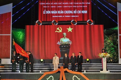 Đồng chí Nguyễn Xuân Phúc gắn Huân chương Hồ Chí Minh lên quân kỳ quyết thắng..jpg