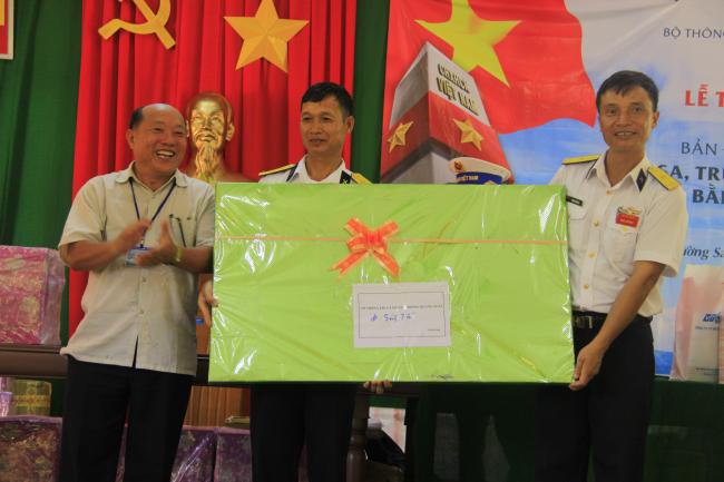Ông Nguyễn Mạnh Hùng - Giám đốc Sở TT&TT trao quà lưu niệm cho đảo Sinh tồn.JPG
