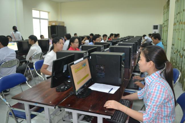 Thí sinh tham gia thi thực hành tại Hội thi kỹ năng sử dụng máy yinhs ngành TT&TT mở rộng.jpg
