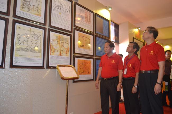 Thứ trưởng Bộ Thông tin và Truyền thông Trương Minh Tuấn tham quan triển lãm bản đồ Hoàng sa và Trường Sa tại Quảng Ngãi.JPG