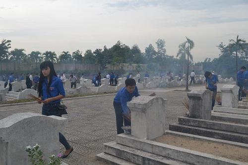 Viếng Nghĩa trang liệt sỹ tỉnh nhân kỷ niệm ngày Thương binh liệt sỹ 27 tháng 7.jpg