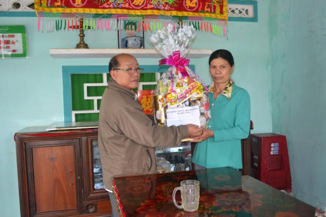 Lãnh đạo Sở TT&TT thăm Mẹ Việt Nam Anh hùng Nguyễn Thị Thiện.JPG
