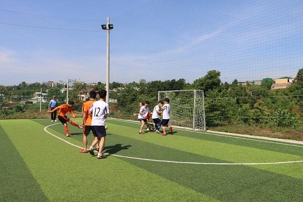 Thi đấu bóng đá với đội bóng Gia Lai