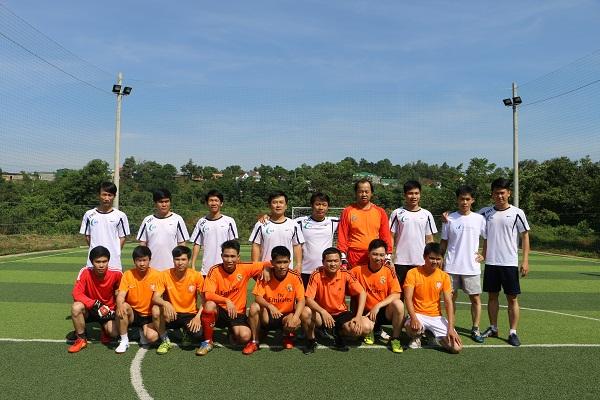 Chụp ảnh lưu niệm với đội bóng Gia Lai