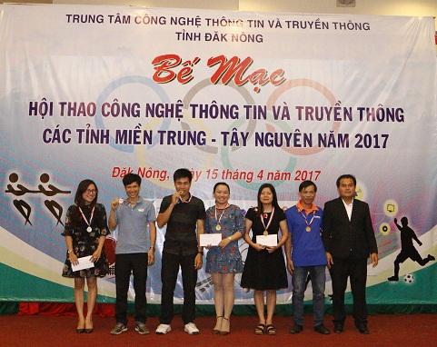 BTC trao giải cho các cá nhân và tập thể tại Lễ Bế mạc Hội thao