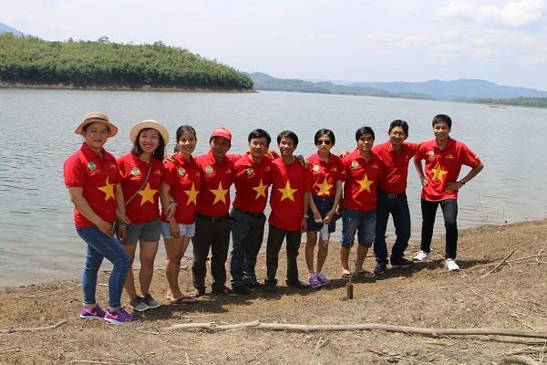 Chụp ảnh lưu niệm tại hồ Tà Đùng tỉnh Đăk Nông